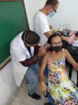 bei einem bedürftigen Schwerhörigen in Brasilien wird ein Ohrabrduck genommen